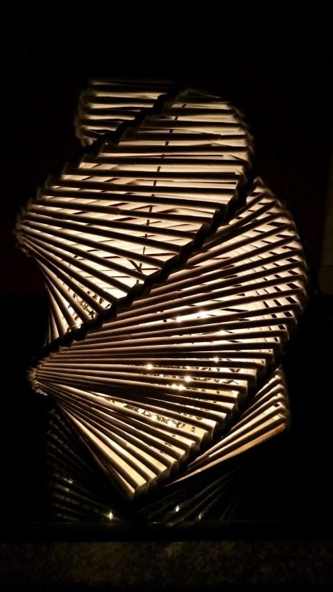 Lampe aus Druckerpapier Röllchen und Lichterkette Hand im Glück