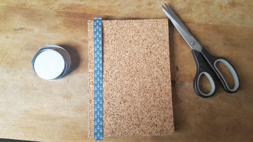 Notizbuch mit Korkumschlag und Textilband Blaues Textilband anbringen Hand im Glück