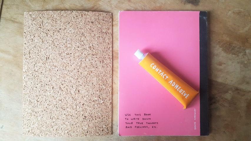Notizbuch mit Korkumschlag und Textilband Korkrechtecke Hand im Glück