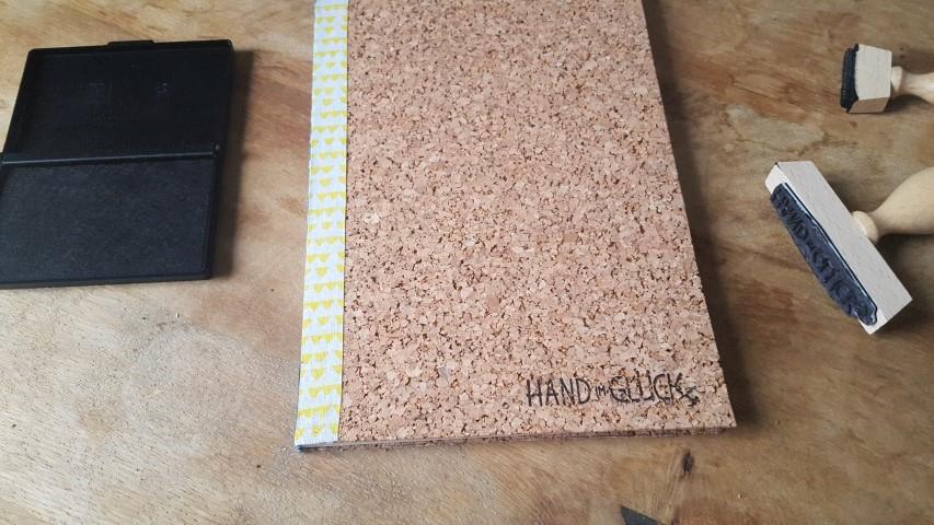 Notizbuch mit Korkumschlag und Textilband Stempel Hand im Glück