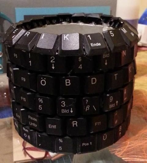 Stiftehalter aus einer alten Tastatur Upcycling Hand im Glück