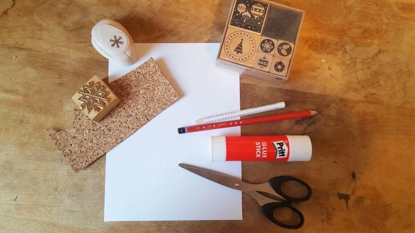 Weihnachtskarten selber machen aus Papier mit Band, Stempel und Stanze Materialien Hand im Glück