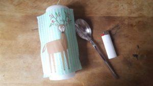 Kerze selber bekleben mit Serviettenmotiv Weihnachtshirsch Hand im Glück