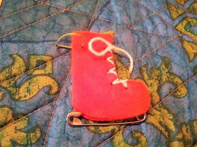 Schlittschuhe aus Filz als Anhänger für Geschenke oder Baum Hand im Glück