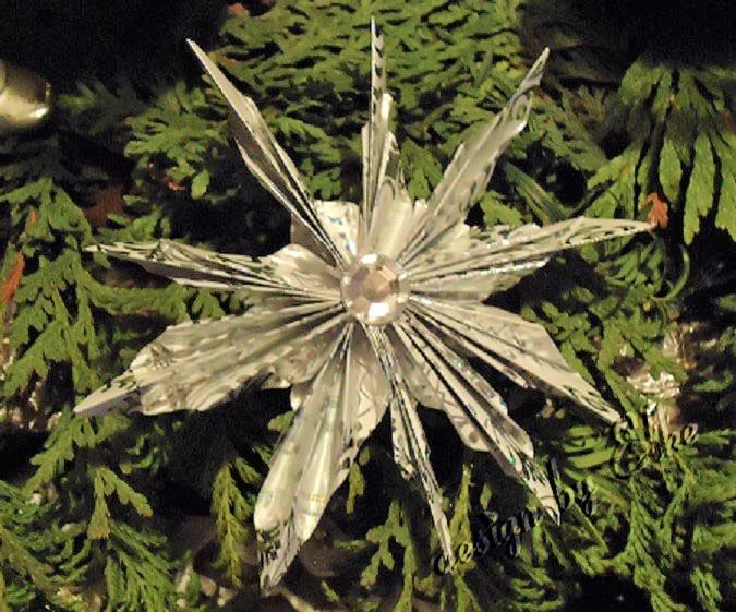 Stern aus Geschenkpapier mit Strassstein falten