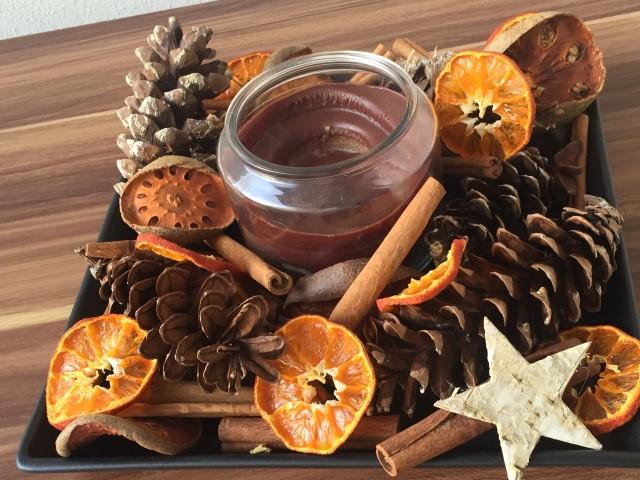 Weihnachtsgescheck 1 Kerze und Naturmaterialien Hand im Glück