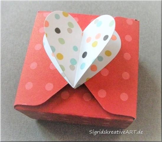 Box mit Herzverschluss aus Papier für die Hochzeit Hand im Glück