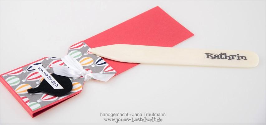Falzbeinverpackung aus Papier zum Verschenken Hand im Glück