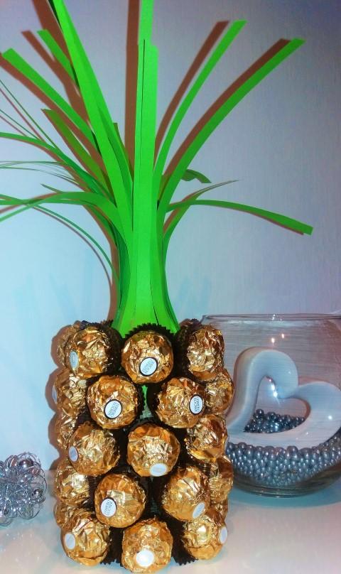 Flasche als Ananas mit Rocher verschönern