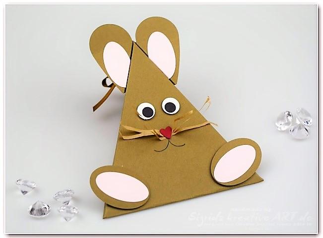 Osterhasenverpackung zu Ostern aus Papier Hand im Glück