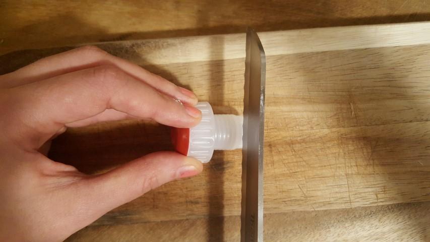 Rotkäppchen Sekt Lifehack Flasche wiederverschließen mit Korken Hand im Glück