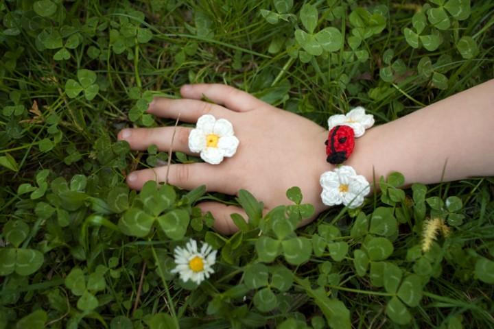 armband-blume-bluemchen-marienkäfer-kinder-haekeln-wolle-selbstgemacht-Hand im Glück