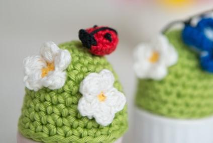 monika-häuschen-ostern-bastelei-basteln-mit-kindern-osterbastelei-eierwärmer-retro-selbstgemacht- HAnd im Glück