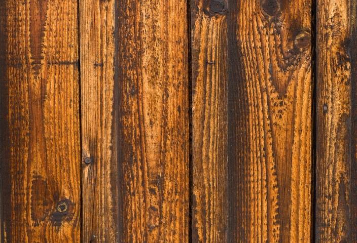 Holzschutz auftragen Hand im Glück