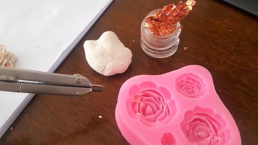 Kettenanhänger Weiße Rose aus Fimo selber machen mit Blattmetall (5) (Small)