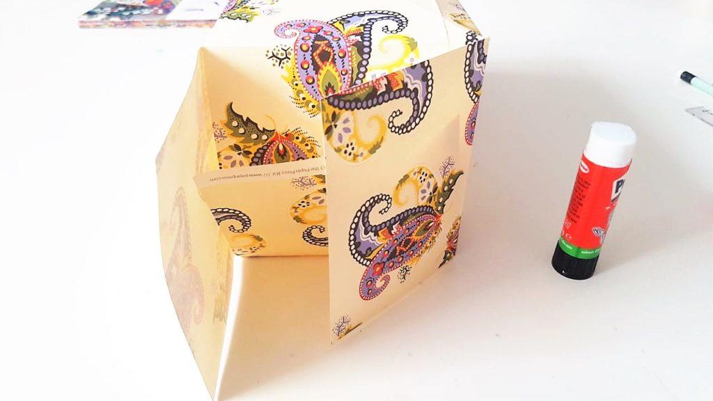 Hand im Glück Tassenverpackung aus Papier Boden falten