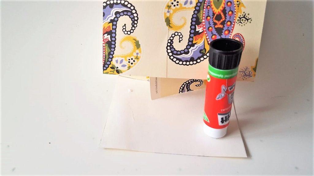 Hand im Glück Tassenverpackung aus Papier Boden kleben
