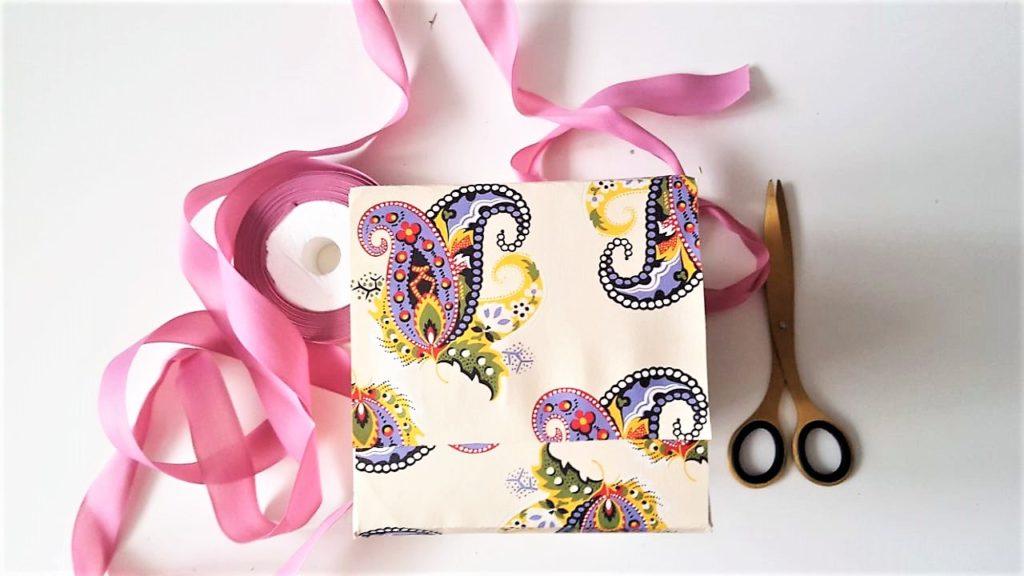 Hand im Glück Tassenverpackung aus Papier Schleife binden