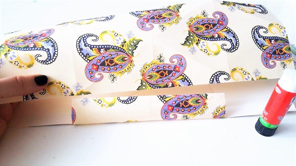 Hand im Glück Tassenverpackung aus Papier Seite kleben