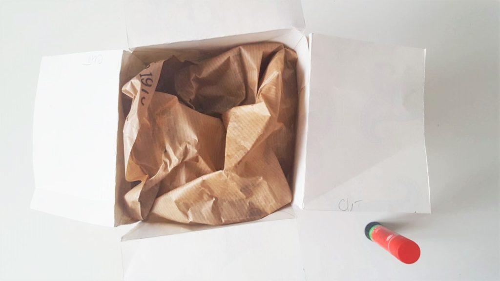 Hand im Glück Tassenverpackung aus Papier Tasse verpacken oben