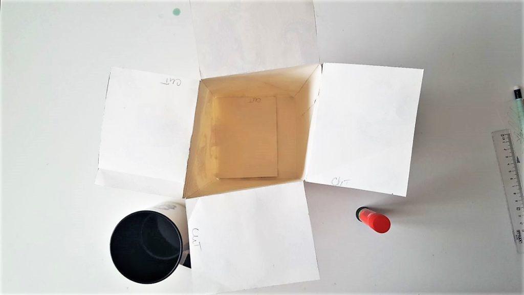 Hand im Glück Tassenverpackung aus Papier leere Schachtel von oben