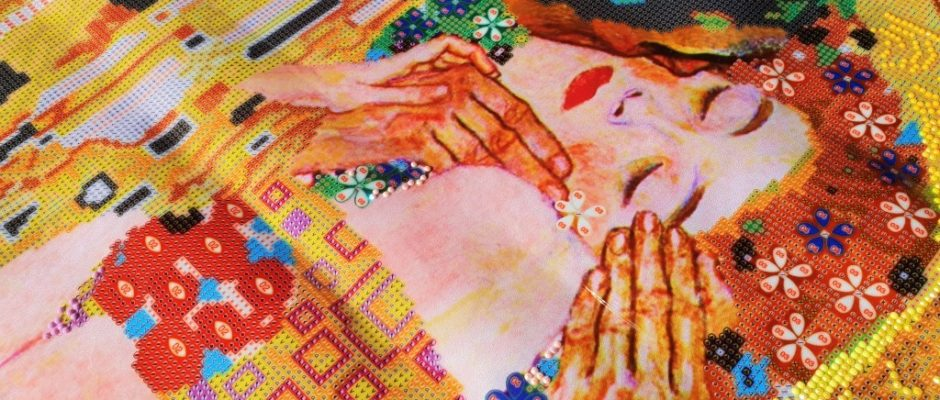 Der Kuss von Klimt_ The Kiss_Diamond Dotz_Hand im Glück (22) (Medium)