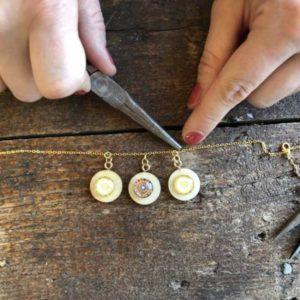 DIY Kette selber machen aus Holz, Steinen und goldkette Festival Hand im Glueck (57)
