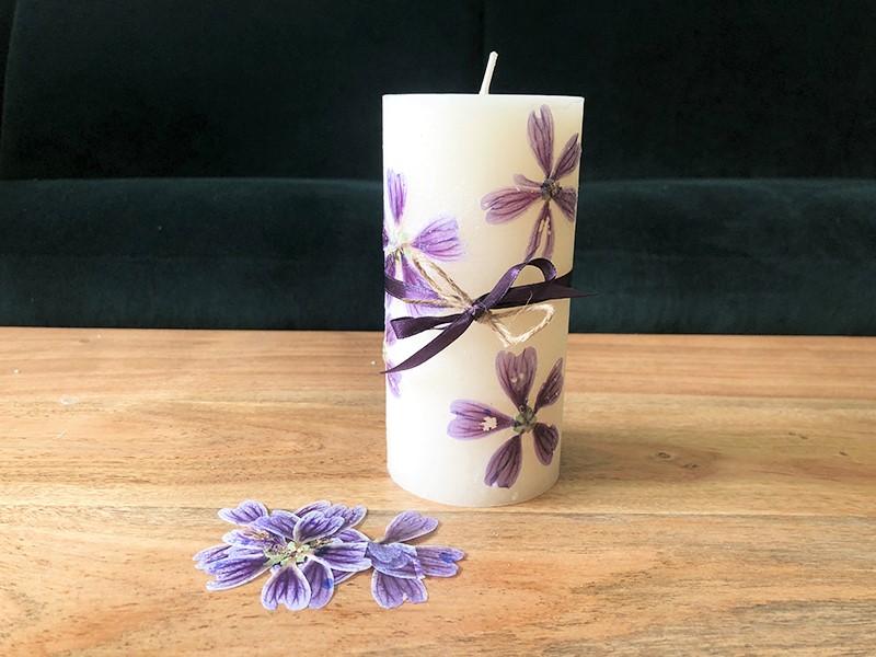 DIY Kerze mit getrockneten Blueten Hand im Glueck