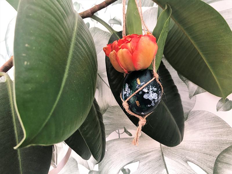 Makramee-Ostereier-Aufhaengung mit frischen Blumen Hand im Glueck (122