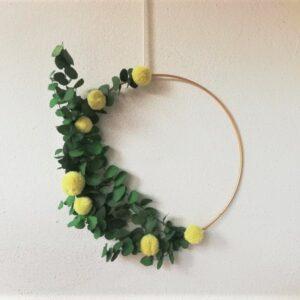 Eleganter Sommerkranz aus Trockenblumen und Wollblumen